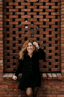 portrait de femme devant mur de brique rouge nantes